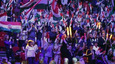 Magyar zászlókat lengető közönség a 2018-as szakmák Európa-bajnoksága záróünnepségén a Papp László Budapest Sportarénában (MTI fotó: Szigetváry Zsolt)