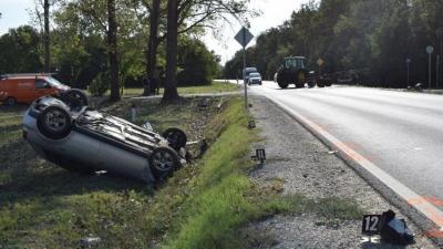 Kondoros külterületén egy mezőgazdasági vontató vezetője egy mellékútról úgy kanyarodott ki a 44-es számú főútra, hogy nem biztosított elsőbbséget a főúton közlekedő személygépkocsinak és összeütköztek (fotó: police.hu)