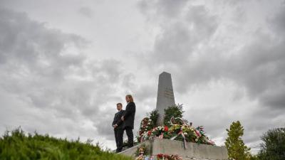 Az aradi vértanúk kivégzésének 168. évfordulója alkalmából tartott megemlékezés résztvevői Aradon, a vesztőhelyi obeliszknél a nemzeti gyásznapon, 2017. október 6-án. (MTI Fotó: Czeglédi Zsolt)
