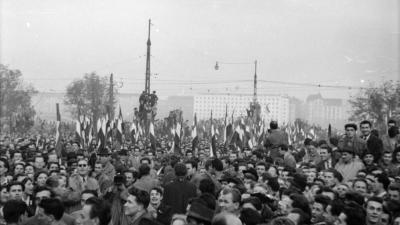 II. Bem József tér, tüntetés 1956. október 23-án a Bem szobornál. Háttérben az ÁVH egykori, ekkor már a BM-hez tartozó épülete, a mai Képviselői Irodaház (