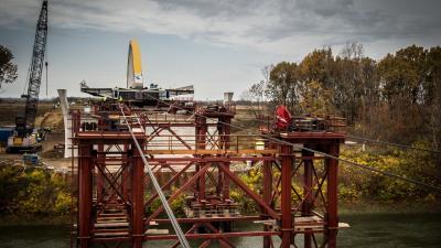 Megkezdték az M44-es gyorsforgalmi út Körös-hídjának betolását. Fotó: NIF