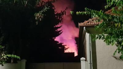Tűz ütött ki Gyulán egy melléképületben. Olvasói fotó: Á.M.