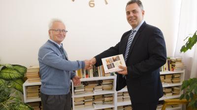 A képen dr. Duray Gergő főigazgató köszöni meg a könyvadományt Gubár Istvánnak. Fotó: Melega Krisztián/Orosházi Kórház