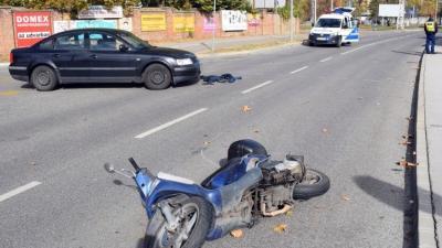 Békéscsabán, a Szerdahelyi utcában egy személygépkocsi motorkerékpárossal ütközött (fotó: police.hu)