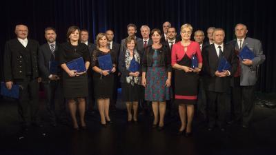 A díjazottak balról jobbra: ifj. Kishegyi Simon (b), Bencsik János (b2), Bajzek Gyöngyi (b3), Emberné Jurkovits Zorica (b5), Tóth Györgyné Bencze Mária (b7), Manajló András (b8), Soltész Miklós, Langerné Victor Katalin, Kozsuharov Ognjan (j7), Farkas Andr