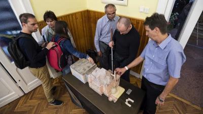 Budapest, 2018. október 15. Érdeklõdõk megtapintják a székház makettjét a Magyar Vakok és Gyengénlátók Országos Szövetsége (MVGYOSZ) megalakulásának 100. évfordulója alkalmából rendezett ünnepségen az MVGYOSZ Hermina úti székházában a fehér bot nemzetközi