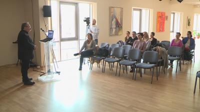 Az ifjúsági és közművelődési szakemberek többek között pszichológiai, szociológiai és hálózatkutatási témakörökben hallhattak meg a fiatalokkal kapcsolatos előadásokat. Fotó: Tóth Áron