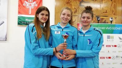 Az ezüstös lányok: Petri Renáta, Dékány Kinga és Kazár Dóra (balról jobbra, fotó: Alföld Vívó Akadémia)