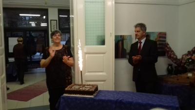 Krajcsovics Mihályné, a klub elnöke és Szarvas Péter polgármester a születésnapi tortával - a kép jobb oldalán található nyíllal lapozhat galériánkban