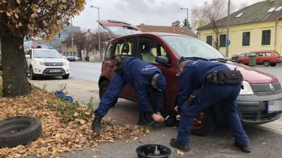 Defektet kapott egy autós Békéscsabán, rendőrök segítettek neki. Fotó: police.hu