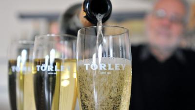 Pezsgõt töltenek poharakba a Törley Pezsgõpincészet kóstolótermében Budafokon 2012. december 20-án. A GfK Hungária Piackutató Intézet adatai szerint egy átlagos hónapban csupán a családok 3-5 százaléka, decemberben, szilveszter elõtt viszont több mint 30