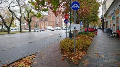 Ha nem is a világ, de Békéscsaba legkisebb kerékpárútja mellett most egy tábla hirdeti annak méreteit. Fotó: behir.hu