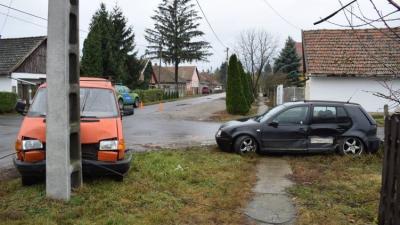 Dobozon csütörtökön összeütközött egy személygépkocsi és egy kisteherautó (fotó: police.hu)
