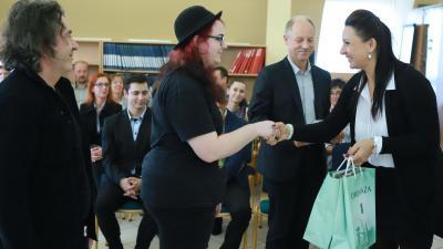 A díjatottak Krizsán Anettől veszik át a nyereményt. Fotó: Békés Megyei Kormányhivatal