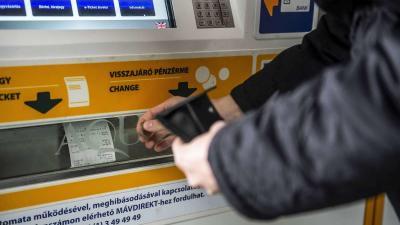 A MÁV-START jegyértékesítõ automatájánál váltja meg menetjegyét egy utas a tatabányai vasútállomáson 2018. november 18-án.MTI/Bodnár Boglárka
