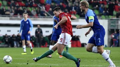 Szalai Ádám (b) gólt lő a finn Paulus Arajuuri mellett (fotó: MTI/Koszticsák Szilárd)