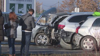 Ketten könnyebben megsérültek abban a balesetben, amelyben négy autó ütközött össze Békéscsaba határában. Fotó: Kugyelka Attila