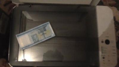 Ezer forintos címletet is gyártott a banda, a rendőrség a hamis pénzt és a nyomtatót is lefoglalta. Fotó: police.hu