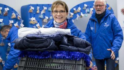 Lévai Anikó, az Ökumenikus Segélyszervezet jószolgálati nagykövete, Orbán Viktor miniszterelnök felesége rászorulóknak szánt csomagot visz, a háttérben Lehel László, az Ökumenikus Segélyszervezet elnök-igazgatója a szervezet 23. Országos Adventi Pénzadomá