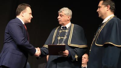 Dr. Takács Árpád átveszi díszdoktori címét. Fotó: Békés Megyei Kormányhivatal