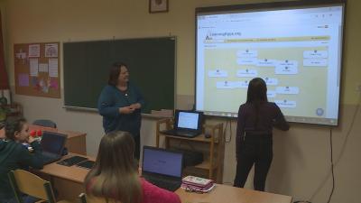 Az iskola pedagógusai szerint látványosabban és élvezhetőbben mutathatják be a tananyagot a diákoknak a digitális táblán, emellett a táblagépeken és a laptopokon egyéni feladatokat is adhatnak a fiataloknak. Fotó: Kugyelka Attila