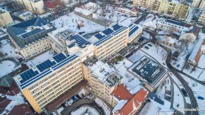 Az Orosházi Kórház tetején már üzemelnek az új napelemek. Fotó: Melega Krisztián/dronstudio.hu