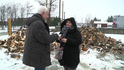 Herczeg Tamás országgyűlési képviselő tűzifa utalványokat ad át Varga Évának, a Családsegítő és Gyermekjóléti Központ vezetőjének Fotó: Ujházi György