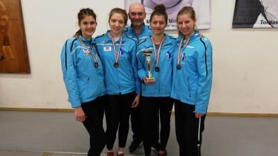A bronzérmes lányok - Petri Renáta (balról jobbra), Dékány Kinga, Kazár Dóra és Rácz Odett - mesterükkel, Galli Zsolttal (Fotó: Alföld Vívó Akadémia)