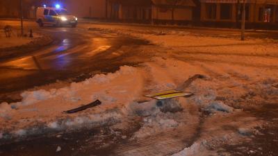 Oszlopnak ütközött egy autós 2019.01.10-én Békéscsabán. Fotó: police.hu