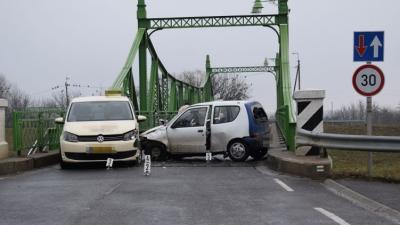Hatan sérültek meg a Gyula és Sarkad kötött található Fehér-Körös hídnál szilveszter napján egy balesetben. Fotó forrás: police.hu