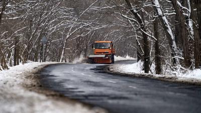 A Magyar Közút Nonprofit Zrt. munkagépe takarítja a havat. MTI/Szigetváry Zsolt