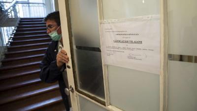 Látogatási tilalomról szóló tájékoztató. MTI/Mónus Márton