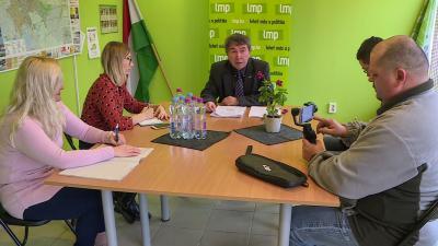Takács Péter (középen) is megtartotta közgyűlés utáni sajtótájékoztatóját. Fotó: behir.hu