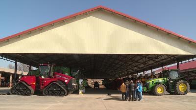 Közel egy hektárnyi fedett és betonozott színt építettek az új mezőgazdasági gépeknek Mezőhegyesen. Fotó: Ujházi György