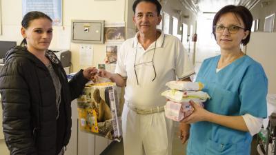 Az adományokat a kórház Szülészet Nőgyógyászati Osztály vezető főorvosa, dr. Svarsnig Lajos és Hevesi Ágnes osztályvezető főnővér vette át február 5-én. Fotó: Melega Krisztián