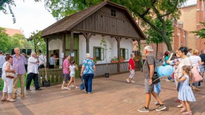 A podsztyenás ház Békéscsaba főterén az újratelepítési ünnepségen 2018.07.07.-én. Fotó: behir.hu/VD