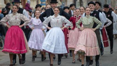 Sokan voltak kíváncsiak a március 15.-i díszmenetre. Fotó: behir.hu/V.D.