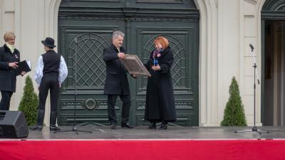 Túriné Kovács Márta Békéscsabai Életműdíjat kapott, melyet Szarvas Péter polgármestertől vett át. Fotó: behir.hu/V.D.