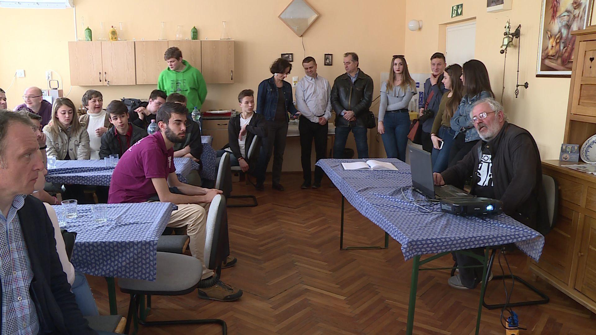A fiatalok az elméleti tudás megszerzését követően a gyakorlatban is kipróbálhatták magukat a Csabai Kolbászklub Egyesület tagjainak segítségével.Fotó: Ujházi György