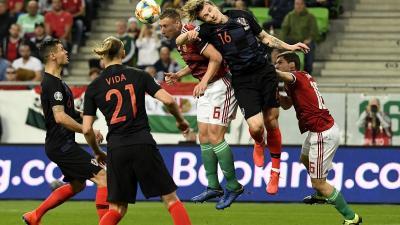Willi Orban (b3) és a horvát Tin Jedvaj (j2) fejel a Magyarország - Horvátország labdarúgó Európa-bajnoki selejtezőmérkõzésen  (MTI/Koszticsák Szilárd)