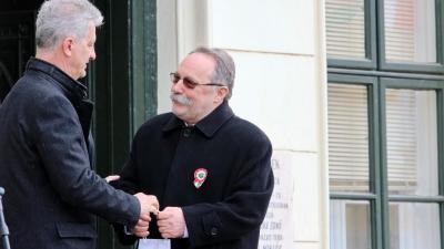 Szarvas Péter polgármester is gratulált Szente Bélának (fotó: Milyó Pál)