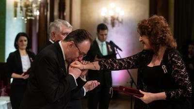 Kovács Edit Kásler Miklóstól és Fekete Pétertől vette át az elismerést. Fotó: EMMI