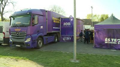 Kétszáz békési diák próbálhatott ki különböző szakmákat virtuálisan a Szakma-kamionban pénteken. Fotó: Ujházi György