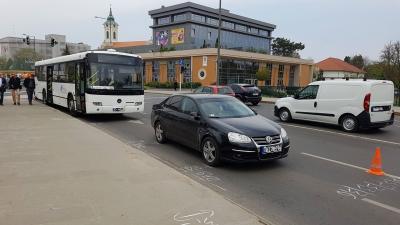 Összeütközött egy személyautó és egy menetrend szerint közlekedő autóbusz Békéscsabán a Munkácsy-hídon, hétfőn 9 óra 30 perc körül. Fotó: Kovács Dénes