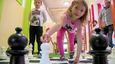 Gyerekek sakkoznak a gyulai Dürer Albert Általános iskolában. Fotó: 7.TV/Kovács Dénes
