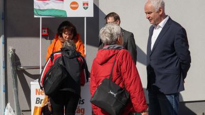 Herczeg Tamás országgyűlési képviselő a Fidesz-KDNP aláírás gyűjtésén (Fotó: Tóth Áron)