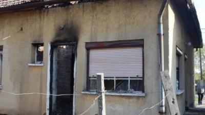 Egy ház gyulladt ki Körösladányban, egy idős nőn segítettek a rendőrök 2019.04.14.-én. Fotó: police.hu