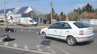 Békéscsabán egy személygépkocsi nem adott elsőbbséget és nekiütközött egy segédmotoros kerékpárral közlekedő férfinak (fotó: police.hu)