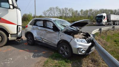 Kamion és személygépkocsi ütközött a 44-es számú főúton 2019.04.10.-én. Fotó: police.hu