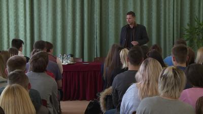 Takács Bence diákoknak tartott rendhagyó irodalomórát. Fotó: Kugyelka Attila